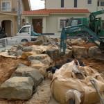 沖縄市 K氏邸 約60トンの岩を運び入れ